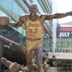 photo de la statue de Magic Johnson